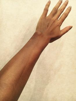 ボディカラーリング(スプレータンニング)ウルトラダーク後の腕