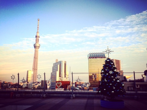 松屋浅草の屋上スカイツリーとクリスマスツリー